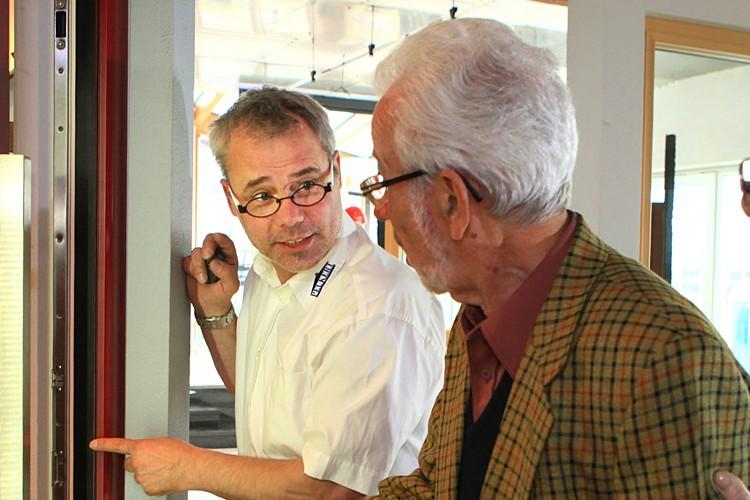 Glasermeister Olaf Peukert bei der Beratung